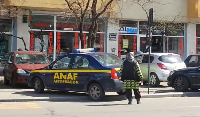 VIDEO! Doar în România e posibil! Evaziune lângă maşina ANAF