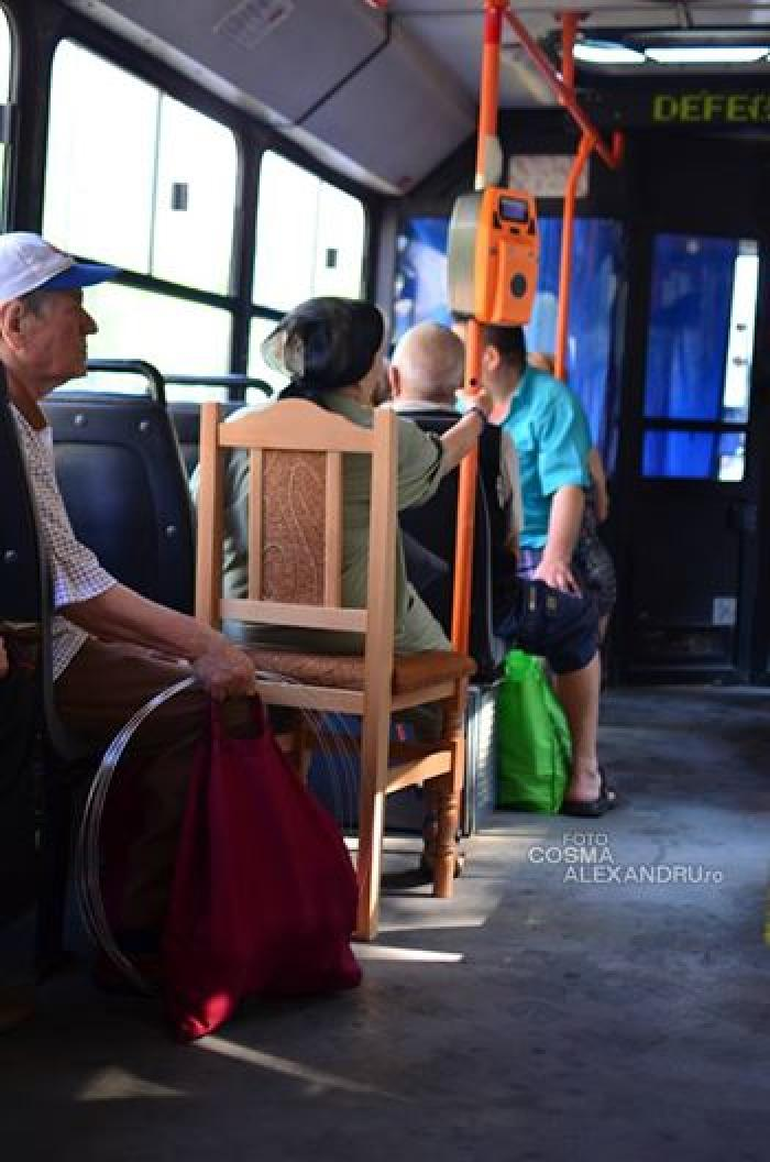 O să râzi în hohote! Cum a fost suprinsă o bătrână într-un autobuz din Bucureşti. Este imaginea anului