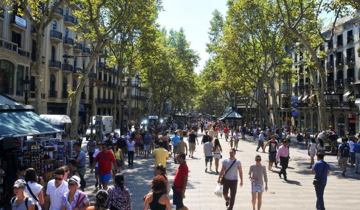 FOCURI de ARMĂ în centrul Barcelonei. Mai multe persoane au fost rănite