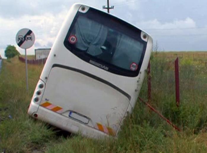 Autocar răsturnat pe E87. Doi copii şi un adult au murit