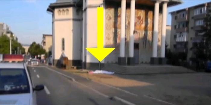 Au crezut că este un semn! Obiectul căzut din cer pe treptele unei biserici din România i-a îngenunchiat pe toţi