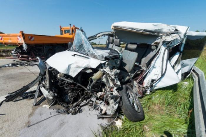 Microbuz cu români, implicat într-un accident mortal grav