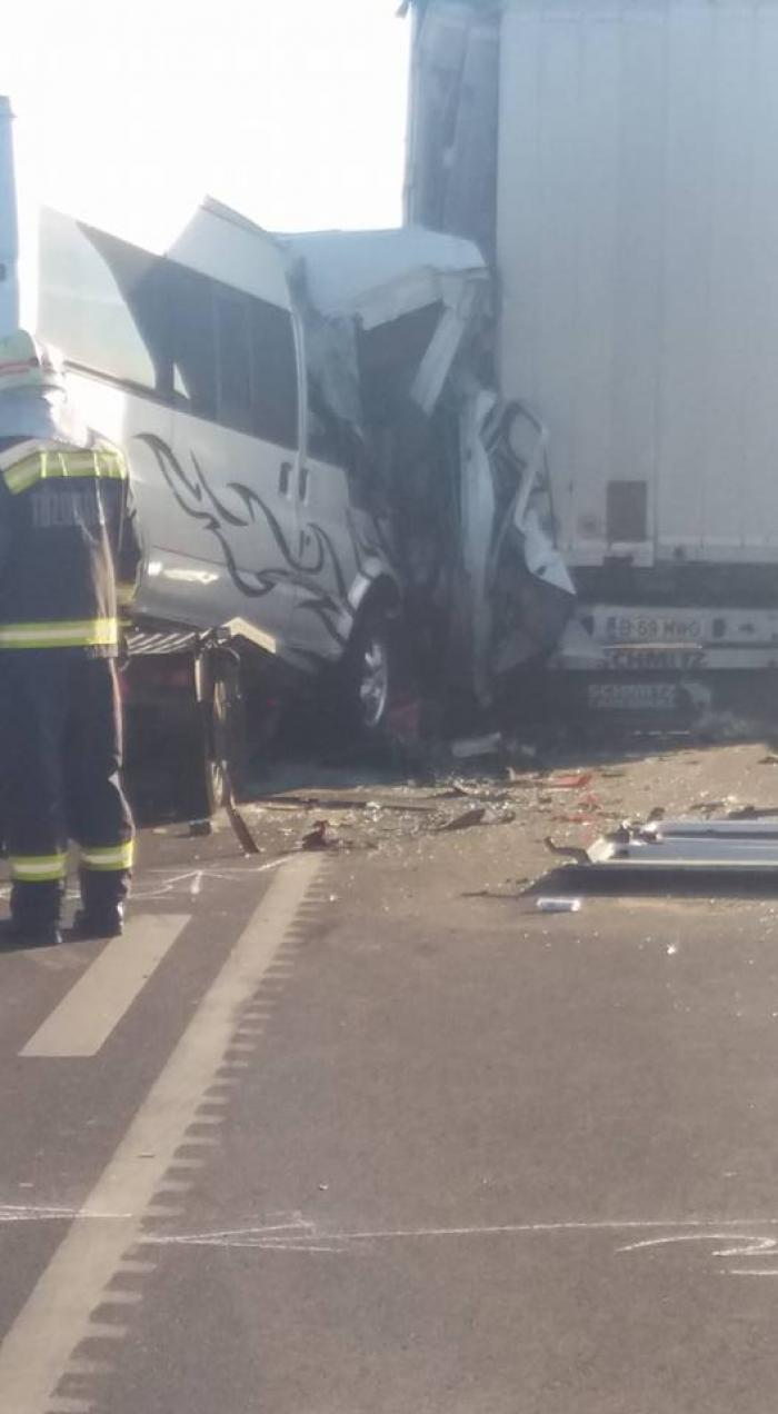 Accident grav la Vama Nădlac, un microbuz s-a zdrobit de un TIR: un mort şi un rănit