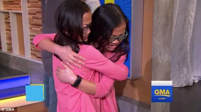 ŢI SE RUPE INIMA: momentul când două gemene de 10 ani, adoptate de familii diferite, se întâlnesc pentru prima dată (VIDEO)