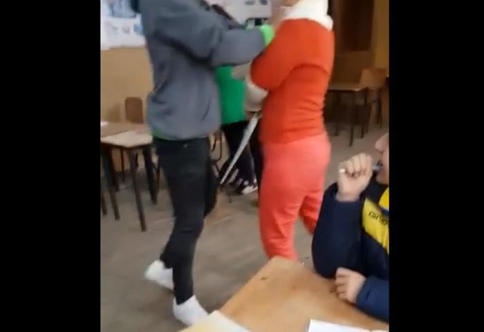 Exclusiv: Imagini șocante într-o școală din Teleorman! O profesoară e batjocorită și bătută de elevi, care o împiedică să iasă din clasă (Video)