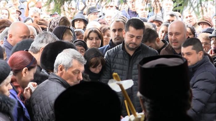 IMAGINI COPLEȘITOARE de la înmormântarea Roxanei, tânăra mămică din Vrancea, care a ales să se sacrifice pentru fetița sa (VIDEO+FOTO)