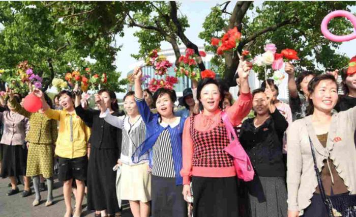 """Scene HALUCINANTE în Coreea de Nord! Cum au fost primiţi """"EROII"""" care au realizat TESTELE NUCLEARE din ultima perioadă (FOTO)"""