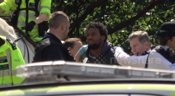 Alertă la Palatul Buckingham! Un individ înarmat CU UN CUŢIT a fost arestat, la trecerea Reginei Marii Britanii