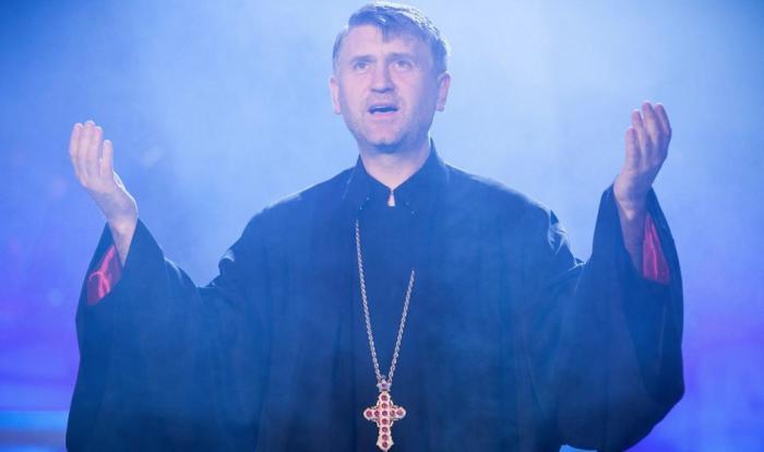 """SITUAȚIE fără precedent! Preotul Cristian Pomohaci, ESCORTAT de POLIȚIȘTI în miez de noapte: """"Pentru că prea mult iubesc, sunt judecat!"""" (VIDEO)"""