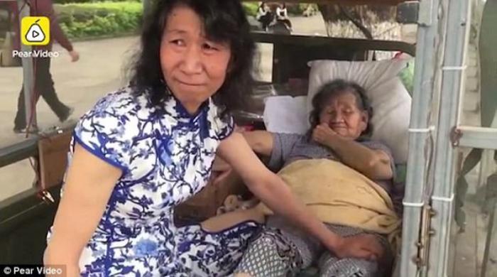 Poveste de viaţă EMOŢIONANTĂ! Gestul făcut de un bărbat pentru mama, după MOARTEA SURORII lui, a ajuns la inimile tuturor!