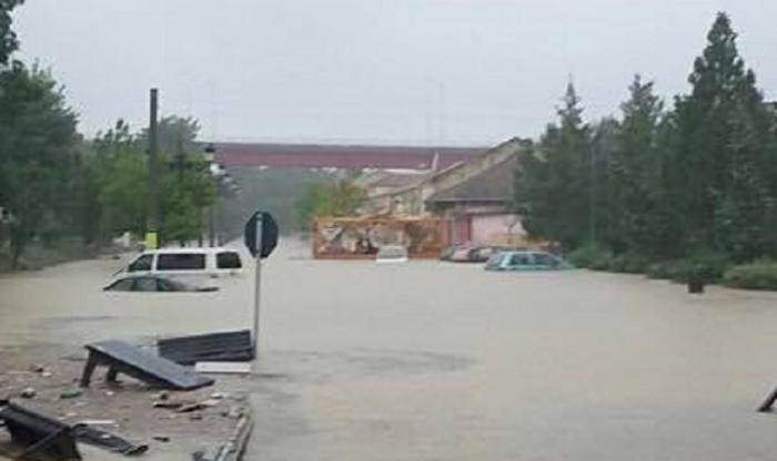 Puternice inundații la Cernavodă! Maşinile şi curţile oamenilor abia se mai zăresc de apă, în urma ploilor torenţiale (GALERIE FOTO)
