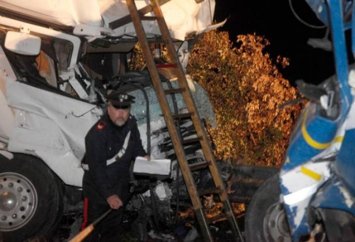 Un şofer român de camion a murit strivit în cabină, după impactul frontal cu un TIR, în Italia (foto)