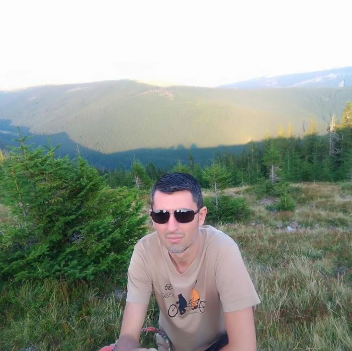 El este tânărul care şi-a înjunghiat soţia în grădiniţa din Bucureşti! Nicoleta şi Marius Botan sunt separaţi şi au împreună doi copii (Video)