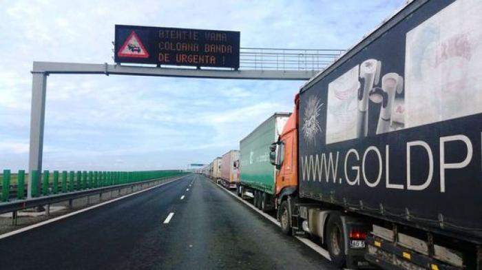 Sute de camionagii aşteaptă de peste 8 ore să iasă din ţară, la Nădlac. Coadă de 15 km de TIR-uri
