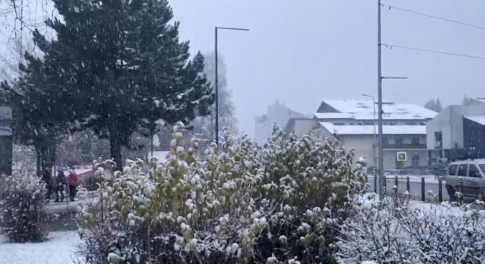Ninge ca-n poveşti la munte, temperaturile au scăzut până aproape de pragul de îngheţ (Video)