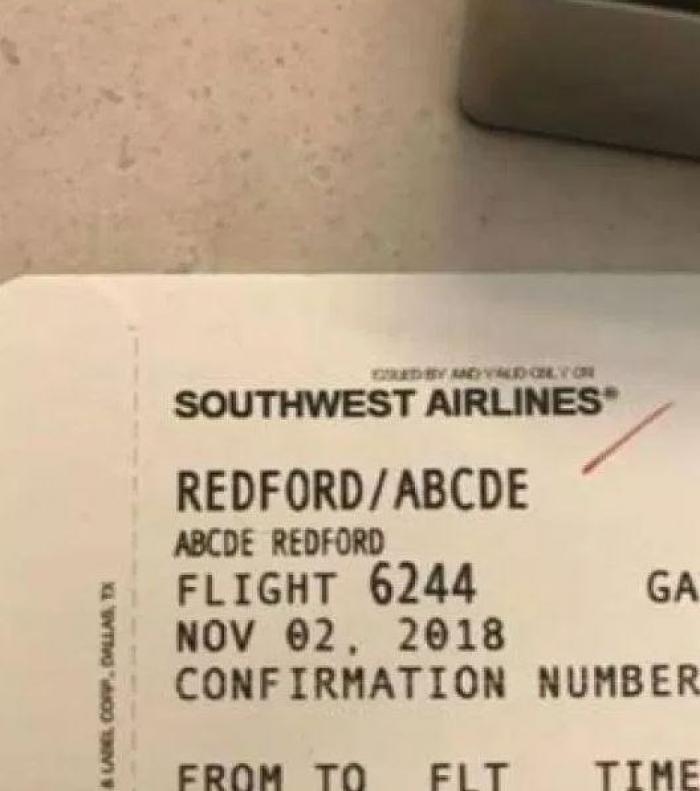 O mamă acuză angajata unei companii aeriene că și-a bătut joc de fetița ei de 5 ani după ce a aflat cum o cheamă