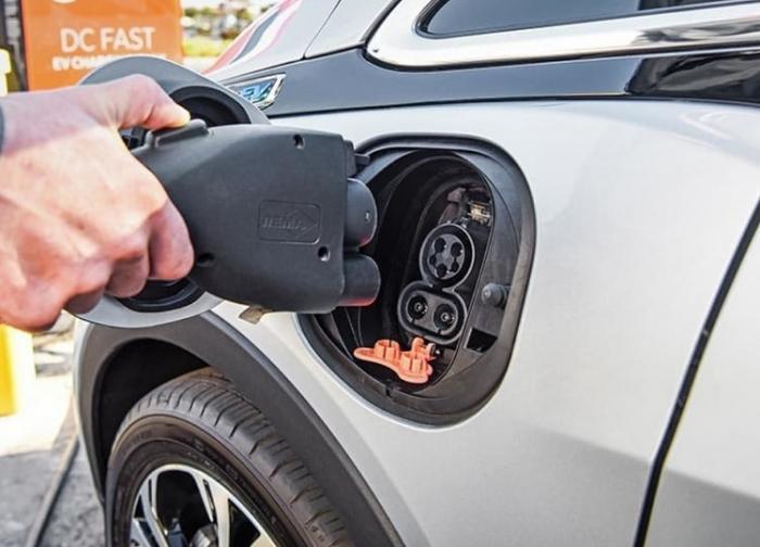 Începe bătălia pe piaţa auto din România! Care este cea mai ieftină mașină electrică vândută la noi în ţară (Video)