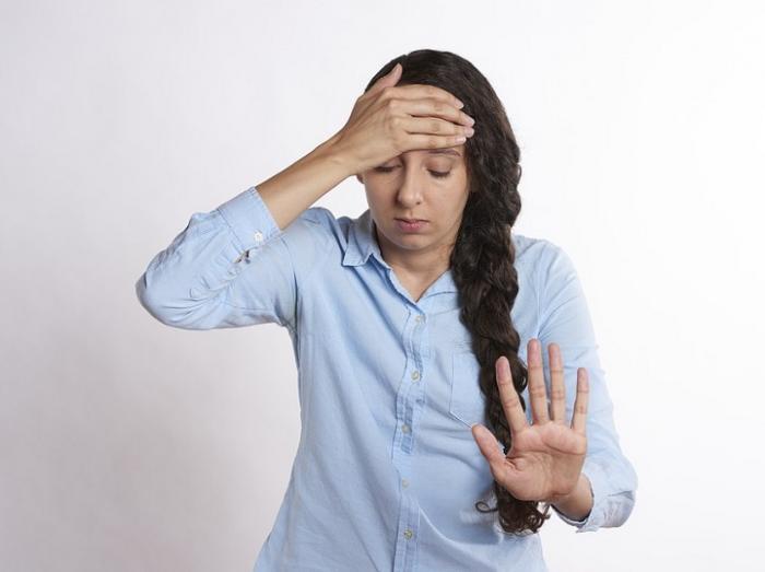 9 semne că suferi de migrenă. De ce apar durerile de cap și cum poți să le previi