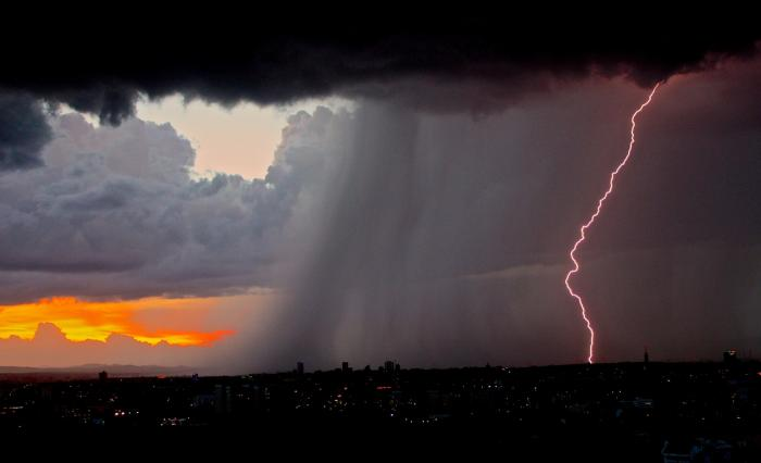 Cod portocaliu de ploi torenţiale şi furtuni puternice