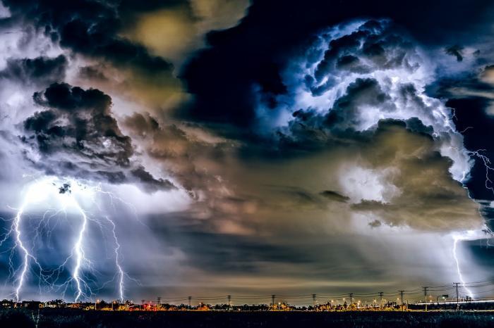 Alertă meteo de vreme rea până mâine, la 23.00. Urmează furtuni puternice, ploi torenţiale şi grindină în peste jumătate de ţară