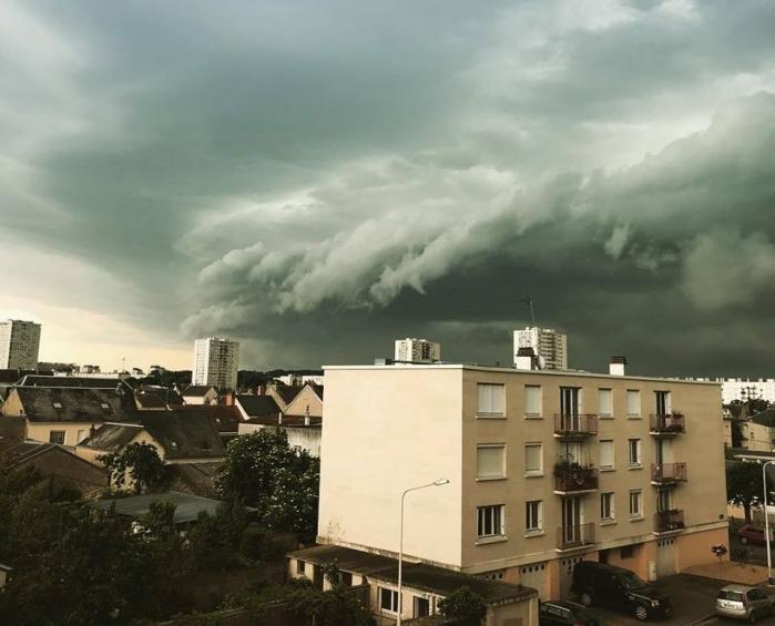 Cer noros de furtună deasupra unui cartier al unui oraş