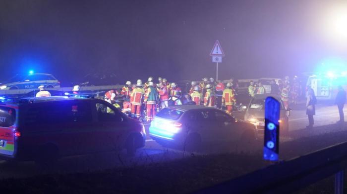 Un copil de 10 ani şi tatăl lui au murit, 19 oameni răniţi, într-un accident cu 6 maşini, la ora 1, de Anul Nou, în Germania