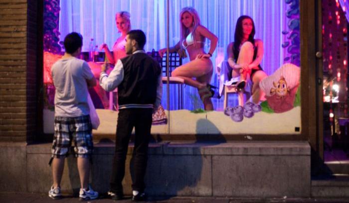 Românce plecate la 'muncă' în Europa, aşteptate de iubiţi la Western Union