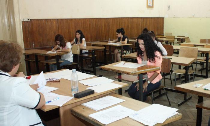 Candidaţi la Bacalaureat participă la o probă orală