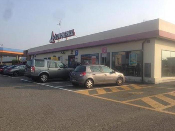 Un român şi-a dus nevasta în parcările TIR-iştilor, pe o autostradă din Italia, ca să facă bani pentru benzină