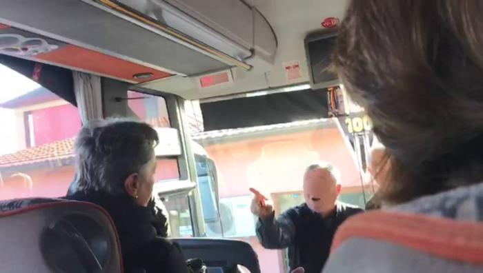 Scandal în autocar, călătoare bruscată şi jignită, după ce femeia s-a aşezat pe locul din spatele şoferului (Video)