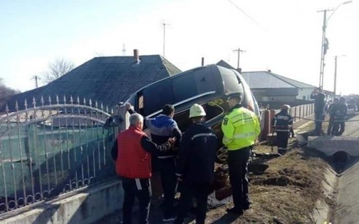 O şoferiţă de 23 de ani a urcat un jeep pe gardul unei gospodării la Haret, în Vrancea