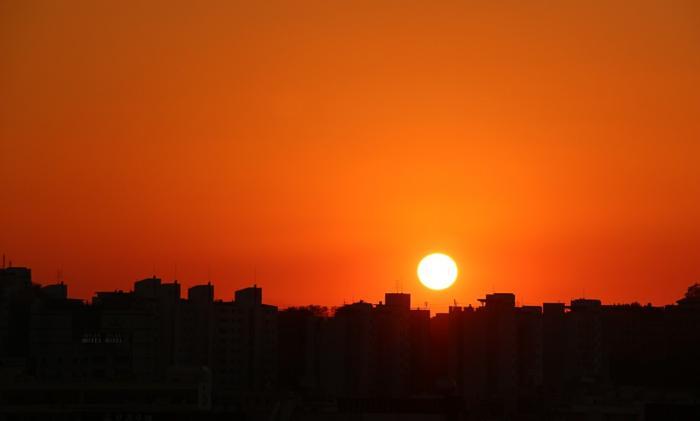 Apus de soare într-un oraş