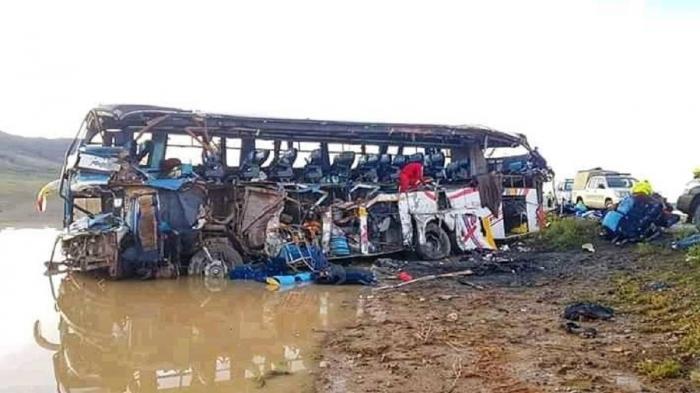24 de morţi, 15 răniţi, un camion a făcut praf un autocar, în Bolivia (video)