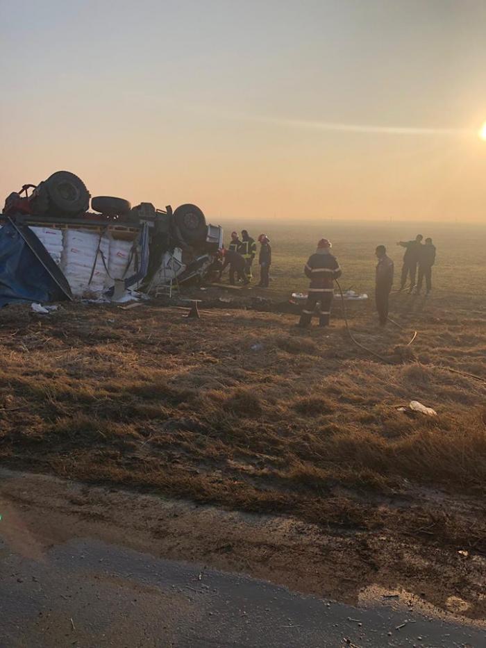 Şoferul unui TIR răsturnat la Cotorca, rămas sub cabină. Scurgeri masive de motorină pe DN 2
