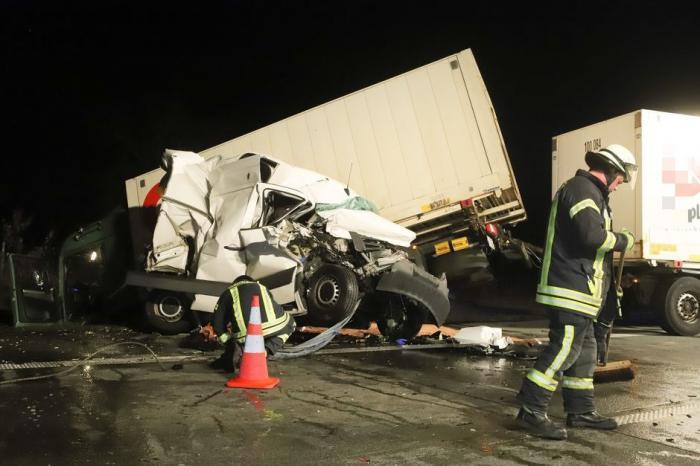 Imagini groaznice în Germania, un şofer român strivit în camionetă, după ce a intrat într-un TIR