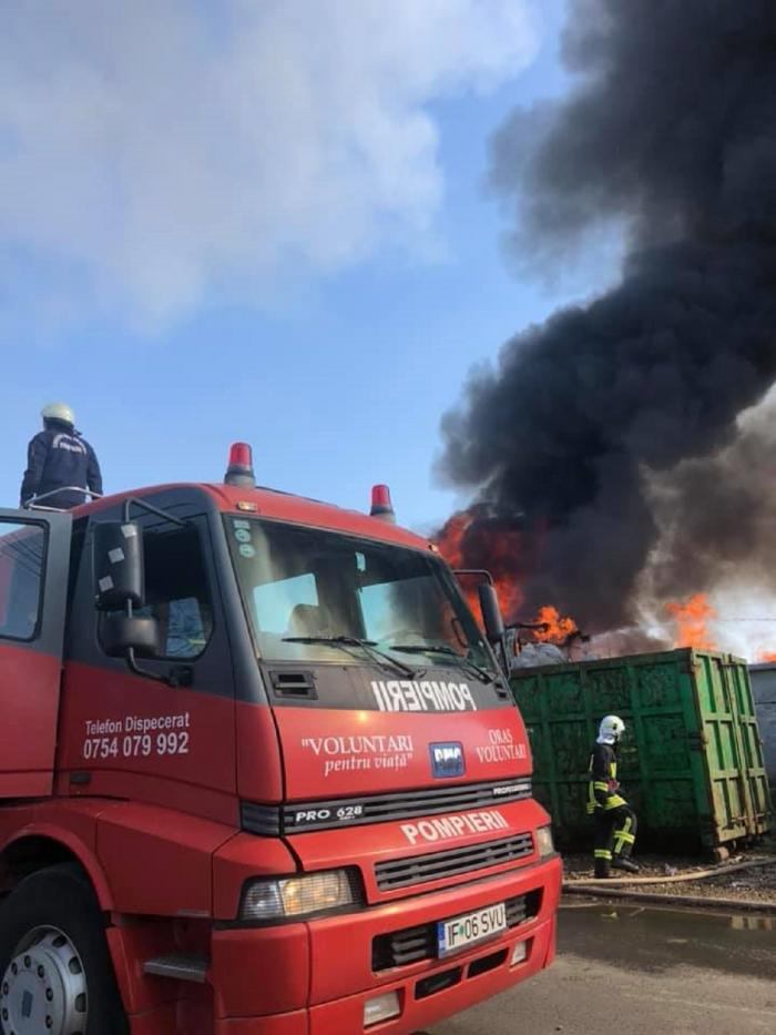 Imagini dramatice de la incendiul devastator din Afumaţi. Bucureştenii, sfătuiţi prin Ro-Alert să stea în case (Video)