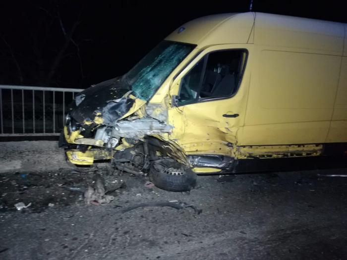 Un BMW a ars complet, după ce şoferul a depăşit neregulamentar şi a omorât un om nevinovat, în Prahova