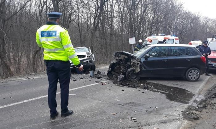 Accident violent la Zăiceşti. O tânără şoferiţă a evitat un câine şi a intrat pe contrasens