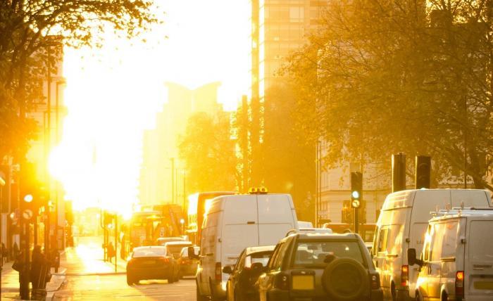 Soare într-o zi de iarnă pe stradă de oraș