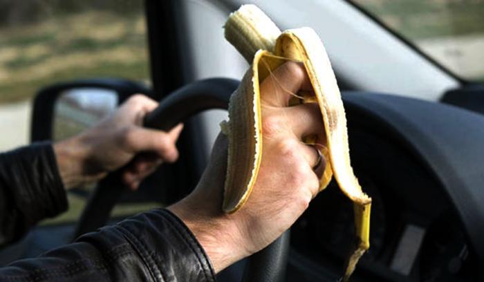 Un şofer a primit o amendă de 80 de euro pentru că a mâncat o banană la volan