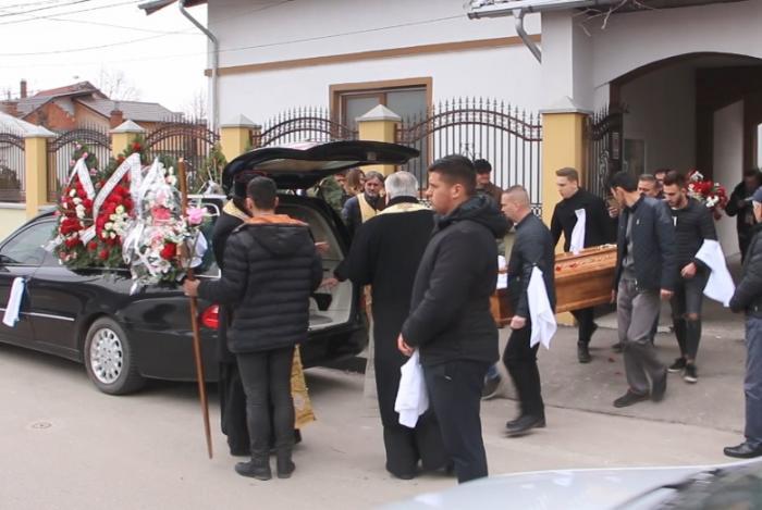 Imagini cutremurătoare la înmormântarea Valentinei, fata incendiată de fostul iubit, la Buzău