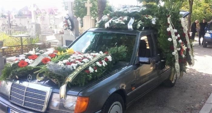 Preoţii nu mai vor coroane funerare la înmormântări. De preferat, o singură floare şi plicul cu bani