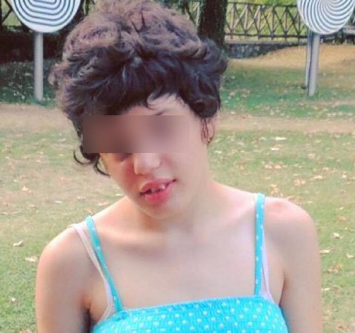 """Tânără cu autism dată jos dintr-un taxi, în București. Argumentul şoferului: """"Nu duce handicapaţi cu maşina!"""""""