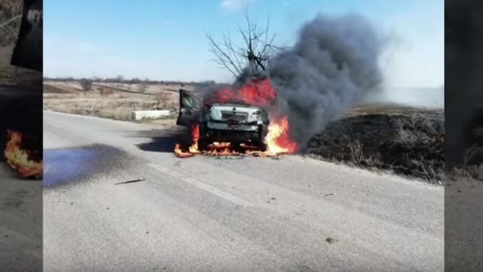 Maşina s-a aprins instantaneu după ce a lovit un cap de pod