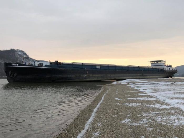 Un marinar stă singur în mijlocul Dunării, păzind o navă româneasca eşuată, în Ungaria