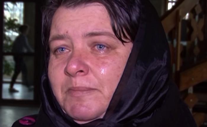 Ioana Condea, condusă pe ultimul drum. Tânăra a fost înmormântată acasă, într-un sicriu alb (Video)