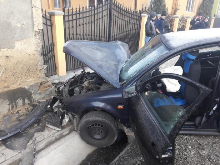 Trei tineri n-au mai ajuns la şcoală, în această dimineaţă. Accident teribil la Telciu, după ce şoferul de 19 ani a pierdut controlul volanului