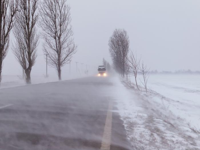 Cod portocaliu de vânt puternic şi ninsori în două judeţe, cod galben de vreme rea în alte 21. Rafale de peste 120 km/oră