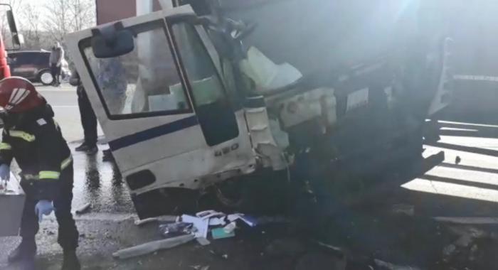 Loviţi de TIR la Lunca Corbului, în Argeş. O fată de 19 ani, luată de SMURD (Video)