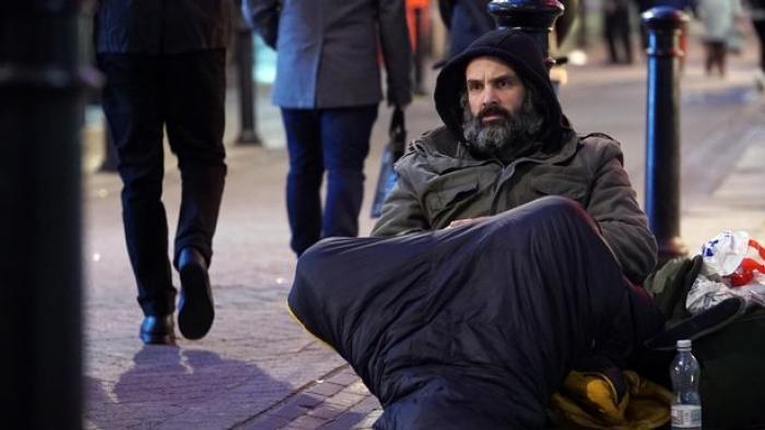 Ed Stafford dormind pe stradă în Marea Britanie